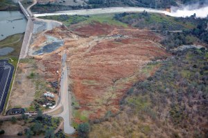 Figure 1: Damage on the face of the Oroville Dam. Source: Kolke 2017.